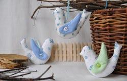 Χαριτωμένα πουλιά άνοιξη, διακοσμητικά παιχνίδια της χειροτεχνίας Διακοσμήσεις Πάσχας Στοκ Εικόνα