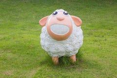 Χαριτωμένα πρόβατα στην πράσινη χλόη Στοκ Εικόνες