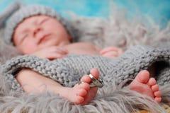 Χαριτωμένα πόδια λίγων μωρών με τα δαχτυλίδια στοκ εικόνες