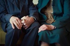 Χαριτωμένα 80 συν τη χρονών τοποθέτηση παντρεμένων ζευγαριών για ένα πορτρέτο στο σπίτι τους Έννοια αγάπης για πάντα Στοκ εικόνα με δικαίωμα ελεύθερης χρήσης
