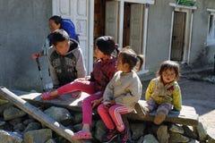 Χαριτωμένα τοπικά παιδιά κοντά σε Phakding σε EBC, Νεπάλ Στοκ Εικόνες