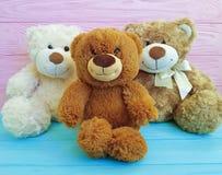 Χαριτωμένα τρία teddy αντέχουν αστείο χρωματισμένο ξύλινο παιδιών παιχνιδιών, οικογένεια Στοκ Εικόνες