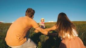 Χαριτωμένα τρεξίματα μικρών κοριτσιών στα χέρια των γονέων απόθεμα βίντεο