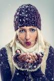 Χαριτωμένα φυσώντας Snowflakes κοριτσιών Στοκ εικόνες με δικαίωμα ελεύθερης χρήσης
