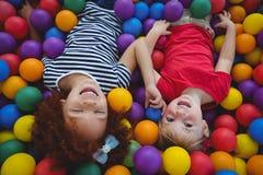 Χαριτωμένα χαμογελώντας κορίτσια στη λίμνη σφαιρών σφουγγαριών Στοκ εικόνες με δικαίωμα ελεύθερης χρήσης