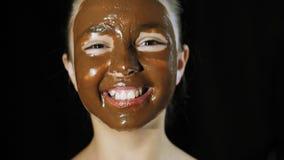 Χαριτωμένα χαμόγελα κοριτσιών, πρόσωπο που λερώνεται με τη σοκολάτα φιλμ μικρού μήκους