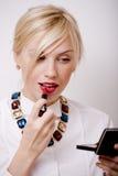 Χαριτωμένα χείλια ρουζ γυναικών χαμόγελου ελκυστικά ξανθά με το κραγιόν κόκκινου χρώματος, έννοια ανθρώπων τρόπου ζωής Στοκ Εικόνα