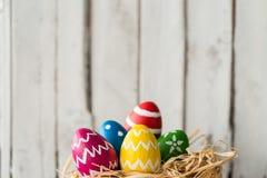 Χαριτωμένα χρωματισμένα αυγά Στοκ Εικόνες