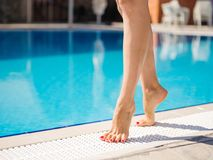 Χαριτωμένα, όμορφα και προκλητικά νέα πόδια γυναικών ` s σε ένα υπόβαθρο λιμνών Στοκ εικόνα με δικαίωμα ελεύθερης χρήσης