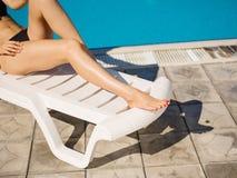 Χαριτωμένα, όμορφα και προκλητικά νέα πόδια γυναικών ` s σε ένα υπόβαθρο λιμνών Στοκ φωτογραφίες με δικαίωμα ελεύθερης χρήσης