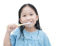 Χαριτωμένα δόντια βουρτσίσματος κοριτσιών το πρωί που απομονώνεται Στοκ εικόνα με δικαίωμα ελεύθερης χρήσης