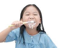 Χαριτωμένα δόντια βουρτσίσματος κοριτσιών το πρωί που απομονώνεται Στοκ Φωτογραφίες
