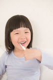 Χαριτωμένα δόντια βουρτσών κοριτσιών Στοκ Εικόνες