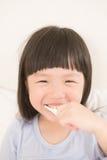 Χαριτωμένα δόντια βουρτσών κοριτσιών Στοκ φωτογραφίες με δικαίωμα ελεύθερης χρήσης