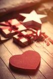 Χαριτωμένα δώρα, αστέρι και διαμορφωμένα καρδιά παιχνίδια και πράγματα για το τύλιγμα ο Στοκ εικόνες με δικαίωμα ελεύθερης χρήσης