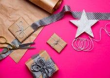 Χαριτωμένα δώρα, διαμορφωμένο αστέρι παιχνίδι και πράγματα για το τύλιγμα στο wonde Στοκ Εικόνες