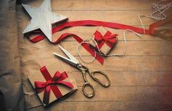 Χαριτωμένα δώρα, διαμορφωμένο αστέρι παιχνίδι και πράγματα για το τύλιγμα στο wonde Στοκ φωτογραφία με δικαίωμα ελεύθερης χρήσης