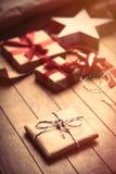 Χαριτωμένα δώρα, διαμορφωμένο αστέρι παιχνίδι και πράγματα για το τύλιγμα στο wonde Στοκ εικόνα με δικαίωμα ελεύθερης χρήσης