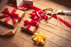 Χαριτωμένα δώρα, διαμορφωμένο αστέρι παιχνίδι και πράγματα για το τύλιγμα στο wonde Στοκ Φωτογραφίες