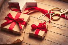 Χαριτωμένα δώρα, διαμορφωμένο αστέρι παιχνίδι και πράγματα για το τύλιγμα στο wonde Στοκ φωτογραφίες με δικαίωμα ελεύθερης χρήσης