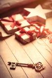 Χαριτωμένα δώρα, διαμορφωμένο αστέρι παιχνίδι, χρυσά κλειδί και πράγματα για το τύλιγμα Στοκ Εικόνες