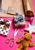 Χαριτωμένα δώρα, διαμορφωμένο αστέρι παιχνίδι, teddy αρκούδα και πράγματα για το τύλιγμα Στοκ εικόνες με δικαίωμα ελεύθερης χρήσης