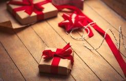 Χαριτωμένα δώρα και πράγματα για το τύλιγμα θαυμάσιο ξύλινο στον καφετή Στοκ Φωτογραφία