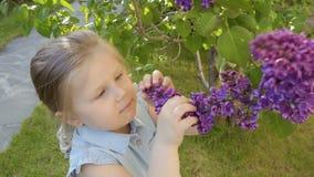 Χαριτωμένα sniff μικρών κοριτσιών λουλούδια πασχαλιών και δακρυ'ων από ένα brunch απόθεμα βίντεο