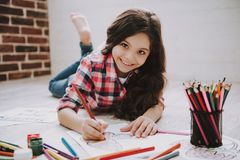 Χαριτωμένες εικόνες σχεδίων κοριτσιών με τα μολύβια χρώματος στοκ φωτογραφίες