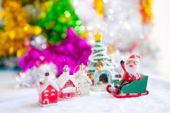 Χαριτωμένες ευτυχείς διακοσμήσεις κουκλών Άγιου Βασίλη και στηριγμάτων Χριστουγέννων επάνω Στοκ φωτογραφία με δικαίωμα ελεύθερης χρήσης