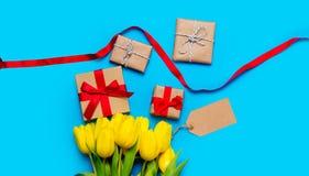 Χαριτωμένες κίτρινες τουλίπες, όμορφα δώρα και δροσερά πράγματα για το τύλιγμα Στοκ Φωτογραφίες