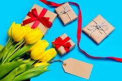 Χαριτωμένες κίτρινες τουλίπες, όμορφα δώρα και δροσερά πράγματα για το τύλιγμα Στοκ εικόνες με δικαίωμα ελεύθερης χρήσης