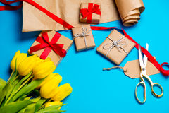 Χαριτωμένες κίτρινες τουλίπες, όμορφα δώρα και δροσερά πράγματα για το τύλιγμα Στοκ Εικόνες