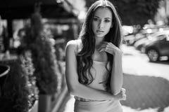 Χαριτωμένες και πανέμορφες λατινικές γυναίκες στο φόρεμα μόδας Στοκ φωτογραφία με δικαίωμα ελεύθερης χρήσης