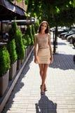Χαριτωμένες και πανέμορφες λατινικές γυναίκες στο φόρεμα μόδας Στοκ εικόνες με δικαίωμα ελεύθερης χρήσης