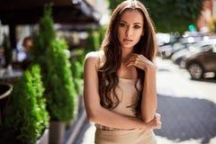 Χαριτωμένες και πανέμορφες λατινικές γυναίκες στο φόρεμα μόδας Στοκ Εικόνα