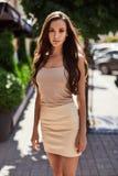 Χαριτωμένες και πανέμορφες λατινικές γυναίκες στο φόρεμα μόδας Στοκ φωτογραφίες με δικαίωμα ελεύθερης χρήσης