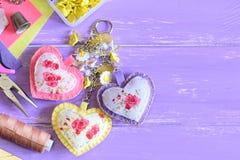 Χαριτωμένες καρδιές keychain με τις χάντρες λουλουδιών Χέρι αισθητό και ύφασμα keychain στην τσάντα ή το σακίδιο πλάτης Το καλοκα Στοκ Εικόνες
