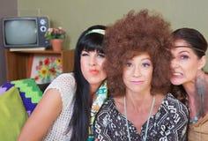 Χαριτωμένες κυρίες που κάνουν τα πρόσωπα Στοκ Φωτογραφίες