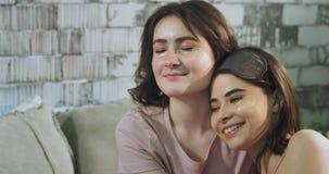Χαριτωμένες κυρίες που ξοδεύουν έναν χαλαρώνοντας χρόνο πριν από το κρεβάτι στις πυτζάμες κάνουν ένα μάτι να καλύψει και περιμένο απόθεμα βίντεο