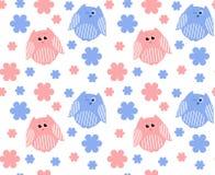 Χαριτωμένες κόκκινες και μπλε κουκουβάγιες με τα λουλούδια στο υπόβαθρο Στοκ εικόνα με δικαίωμα ελεύθερης χρήσης