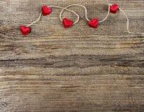 Χαριτωμένες κόκκινες καρδιές στο ξύλινο υπόβαθρο Στοκ εικόνες με δικαίωμα ελεύθερης χρήσης