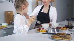 Χαριτωμένες μαγειρεύοντας τηγανίτες mom και κορών Στοκ φωτογραφία με δικαίωμα ελεύθερης χρήσης