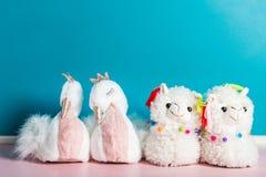 Χαριτωμένες μαλακές τρισδιάστατες llama και κύκνων παντόφλες στοκ φωτογραφίες με δικαίωμα ελεύθερης χρήσης