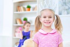 Χαριτωμένες μικρές αδελφές που έχουν τη διασκέδαση στο σπίτι Στοκ εικόνα με δικαίωμα ελεύθερης χρήσης