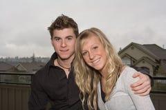 χαριτωμένες νεολαίες ζευγών Στοκ φωτογραφίες με δικαίωμα ελεύθερης χρήσης