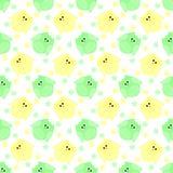Χαριτωμένες πράσινες και κίτρινες κουκουβάγιες με τα λουλούδια στο υπόβαθρο Στοκ Εικόνες