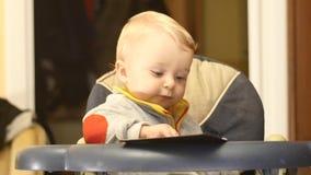 Χαριτωμένες σελίδες στροφής αγοράκι 9-10 μηνών του βιβλίου απόθεμα βίντεο