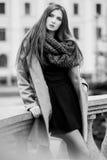 Χαριτωμένες στάσεις κοριτσιών στο υπόβαθρο της οικοδόμησης Στοκ φωτογραφίες με δικαίωμα ελεύθερης χρήσης