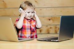 Χαριτωμένες συζητήσεις αγοριών χαμόγελου στα τηλέφωνα Στοκ εικόνα με δικαίωμα ελεύθερης χρήσης